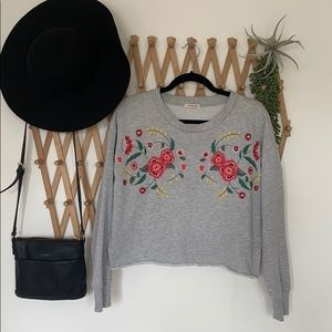 UrbanologyCropped gray sweatshirt with embroidery